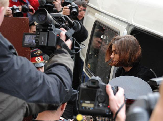 Nadezhda Tolokonnikova, uma das integrantes do Pussy Riot, chega para julgamento em corte de Moscou (Foto: Alexander Nemenov/AFP)