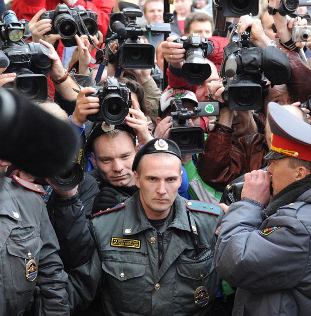 Fotógrafos se amontoam em frente ao tribunal moscovita (Foto: Alexander Nemenov/AFP)