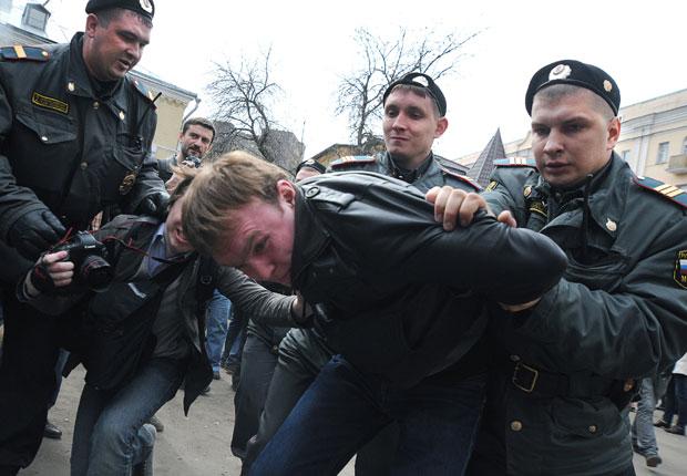 Jovem é detido após protesto pedindo a libertação das mulheres (Foto: Andrey Smirnov/AFP)