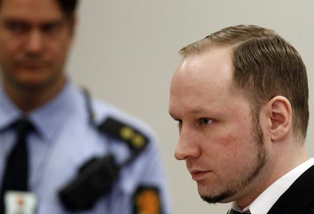 O ultradireitista norueguês Anders Behring Breivik no tribunal nesta quinta-feira (19) (Foto: AFP)