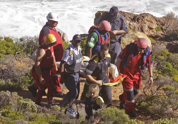 Corpo de David Lillienfeld é resgatado nesta quinta-feira (19) em False Bay, na Cidade do Cabo (Foto: AP)