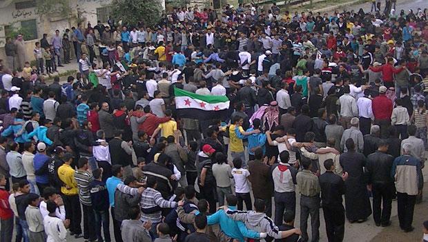 Manifestantes protestam contra o governo sírio em Deraa nesta quinta-feira (19), em imagem divulgada pela oposicionista Shaam News (Foto: AFP)