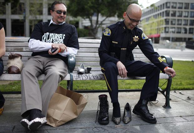 Policial troca as botas de trabalho pelo salto alto (Foto: Stephen Lam/Reuters)