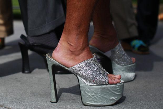 Protesto 'Ande uma milha nos sapatos dela' está em sua décima edição (Foto: Stephen Lam/Reuters)