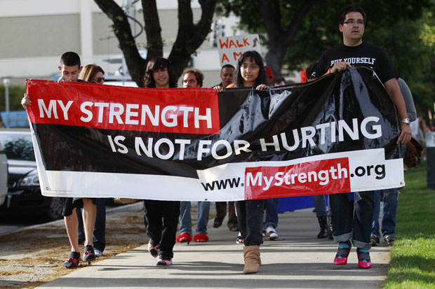 Manifestação também contou com mulheres na passeata e levou faixas para chamar atenção dos passantes à causa (Foto: Stephen Lam/Reuters)