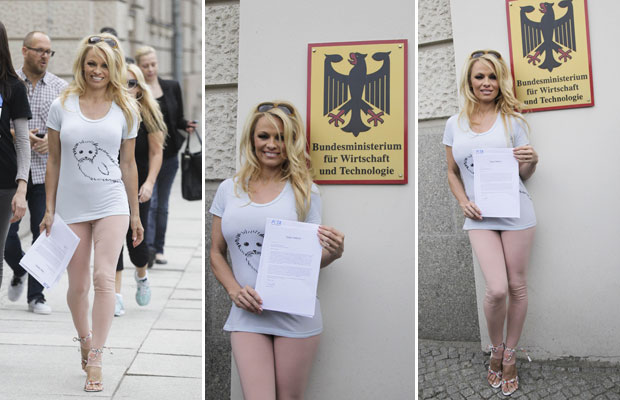 A atriz Pamela Anderson, representante do Peta (Pessoas pelo Tratamento Ético de Animais), foi nesta quinta-feira (19) ao Ministério da Economia alemão para entregar um documento contrário à comercialização de pele de foca no país. (Foto: Tobias Schwarz/Reuters)