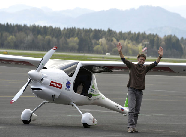 Matevz Lenarcic desembarca após o pouso no aeroporto de Brnik nesta quinta (19) (Foto: Srdjan Zivulovic/Reuters)
