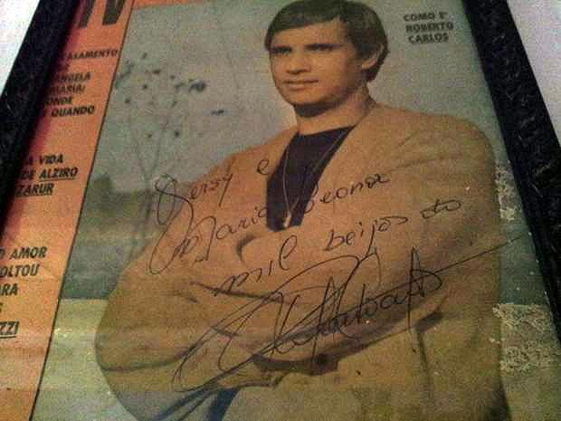 Revista autografada por Roberto Carlos emoldurada na parede de dona Gersy