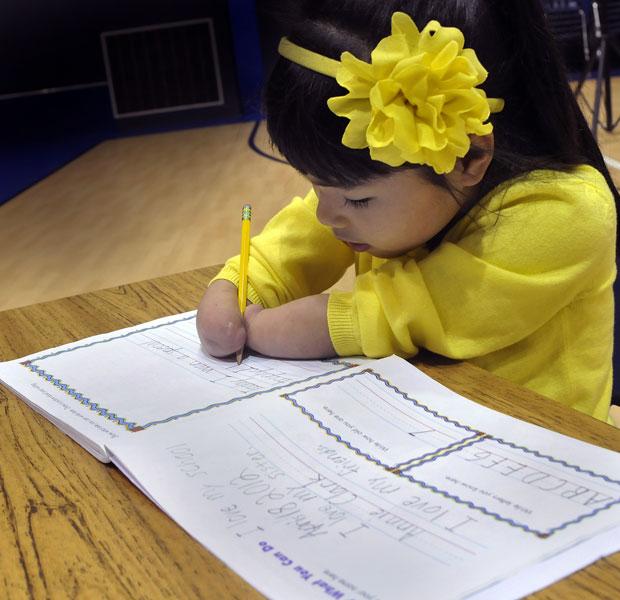 Anne Clark usa os braços para escrever (Foto: AP)