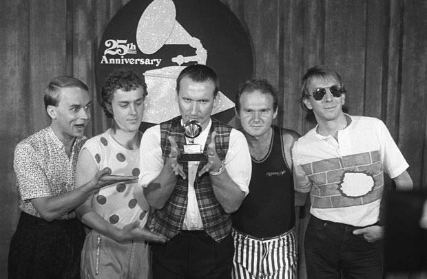 Foto de 1983 mostra os membros do grupo Men at Work, com Greg Ham à esquerda. O músico foi encontrado morto nesta quinta-feira (19) (Foto: AP)