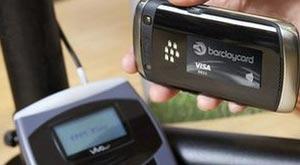 Banco britânico lança 'mini cartão de crédito e débito' acoplado no celular (Foto: Divulgação/BBC)