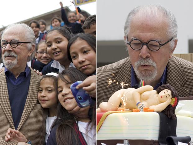 O pintor Fernando Botero sopra velas em comemoração ao seu aniversário em Bogotá, nesta quinta-feira (19); antes, ele posou com crianças (Foto: AP/William Fernando Martinez)