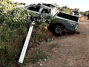 Durante perseguição, uma viatura da Polícia Militar capotou e quatro policiais ficaram feridos. (Foto: Reprodução / TV Verdes Mares)