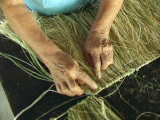 Roupas típicas são produzidas para festas indígenas, em Aracruz, no Espírito Santo. (Foto: Reprodução/TV Gazeta Norte)