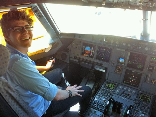 Cauê Sciascia Borlina no simulador de aviador (Foto: Arquivo pessoal)