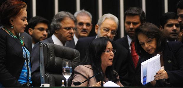 A presidente Rose de Freitas e parlamentares durante a sessão do Congresso que criou a CPI do Cachoeira (Foto: Leonardo Prado / Agência Câmara)