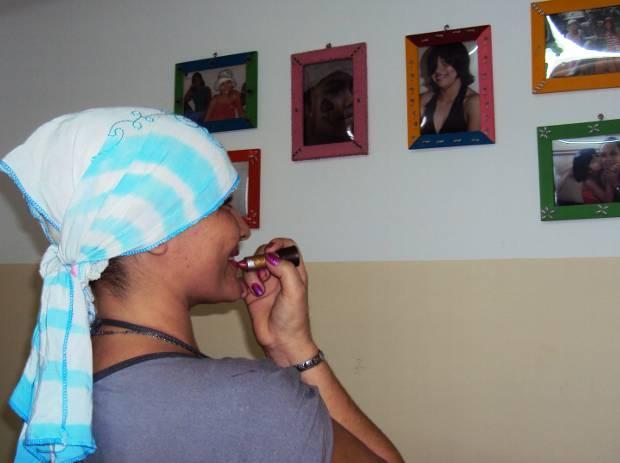 Vítimas de escalpelamento ainda mantém vaidade após acidente. Não sai de casa sem batom (Foto: Thaís Rezende)