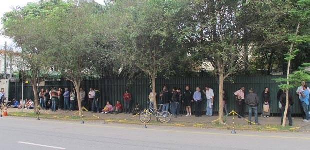 Fila na Rua Estados Unidos chegou a cerca de 120 metros pouco antes das 9h de quarta-feira (Foto: Letícia Macedo / G1)
