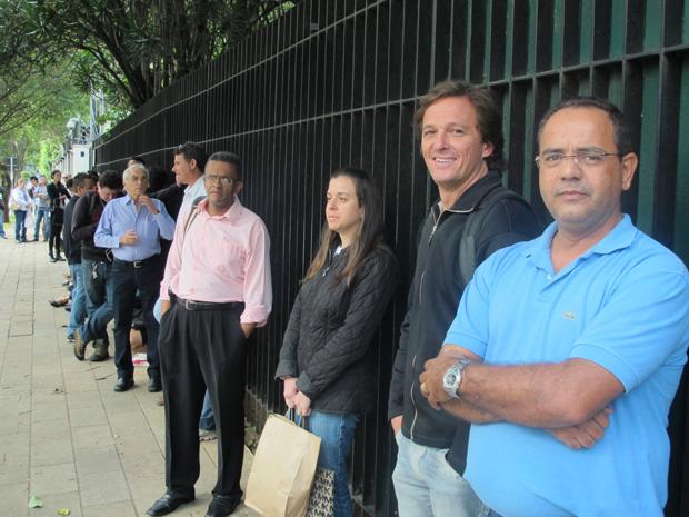Engenheiro (de camisa azul) e representante comercial (de preto) eram os primeiros da fila na quarta-feira (Foto: Letícia Macedo / G1)