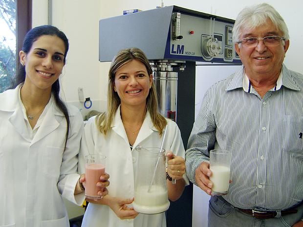 Pesquisadores da UFCG desenvolveram 'leite' de amendoim para comunidades e merenda escolar (Foto: Karoline Zilah/G1)