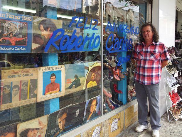 Discos e fitas de Roberto carlos decoram a loja de sapatos de José Carlos, em Cachoeiro (Foto: Amanda Monteiro/ G1 ES)