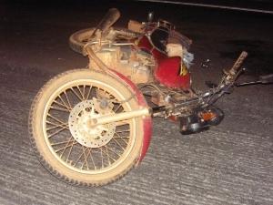 Motociclista perdeu controle do veículo e cai na pista (Foto: PRF/Divulgação)