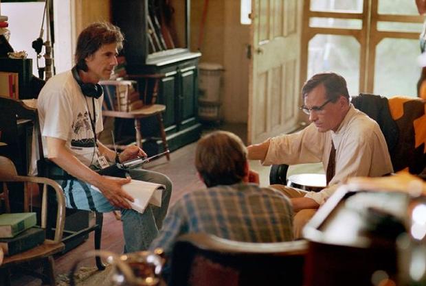 O diretor brasileiro Walter Salles e o ator Viggo Mortensen conversam no set do longa 'Na estrada' (Foto: Divulgação)