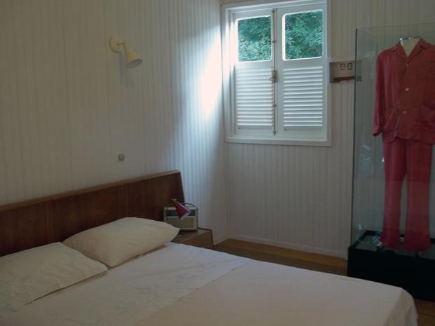 Vista geral do quarto de JK no Catetinho.Peças de roupa agora serão exibidas dentro de cubos de vidro (Foto: Jamila Tavares / G1)