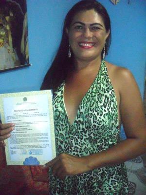 Sandra com sua nova certidão de nascimento (Foto: Arquivo Pessoal)