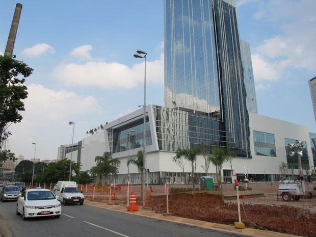 Shopping JK, na Avenida Juscelino Kubitschek, onde construção de viaduto está parada (Foto: Márcio Pinho/G1)