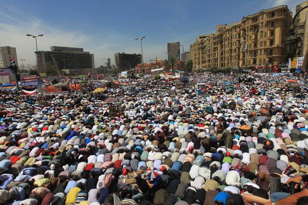 Multidão se une em orações na Praça Tahrir, no Cairo, durante protesto nesta sexta-feira (20) (Foto: Khaled Desouki/AFP)