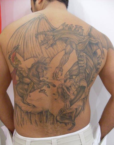 Devotos de São Jorge tatuam imagem do santo como escudo protetor.