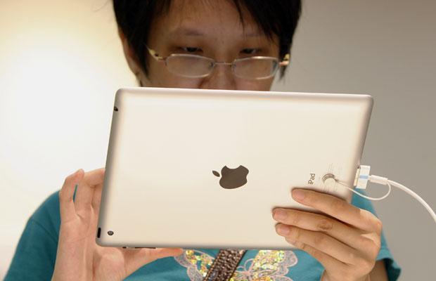 Uma usuária testa novo iPad em uma loja da Apple em Klang, na Malásia (Foto: Lai Seng Sin/AP)