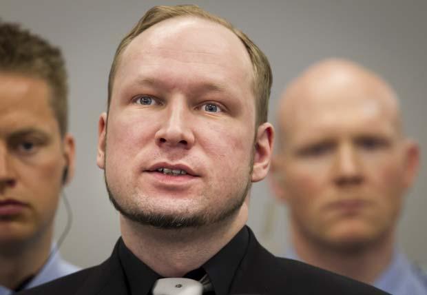 O atirador Anders Behring Breivik chega ao tribunal nesta sexta-feira (20) em Oslo (Foto: AP)