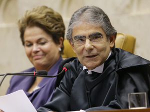O ministro Ayres Britto, ao lado da presidente Dilma Rousseff, na cerimônica de posse como presidente do STF (Foto: Felipe Sampaio / STF)