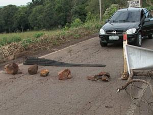 Pedras foram usadas para bloquear passagens de veículos (Foto: Éder Calegari/RBS TV)
