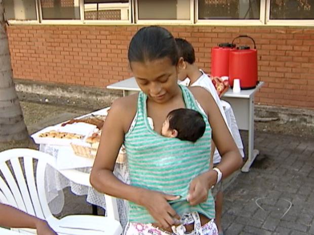 Samara Ferreira está testando o método há uma semana e já percebe desenvolvimento na filha, no Espírito Santo (Foto: Reprodução/TV Gazeta)