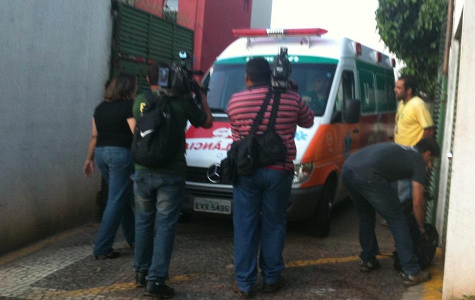 Ambulância com o cantor Pedro chega ao Instituto Ortopédico de Goiânia