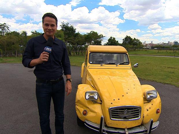 Álvaro de Oliveira com um carro de James Bond  (Foto: Reprodução/TV Globo)