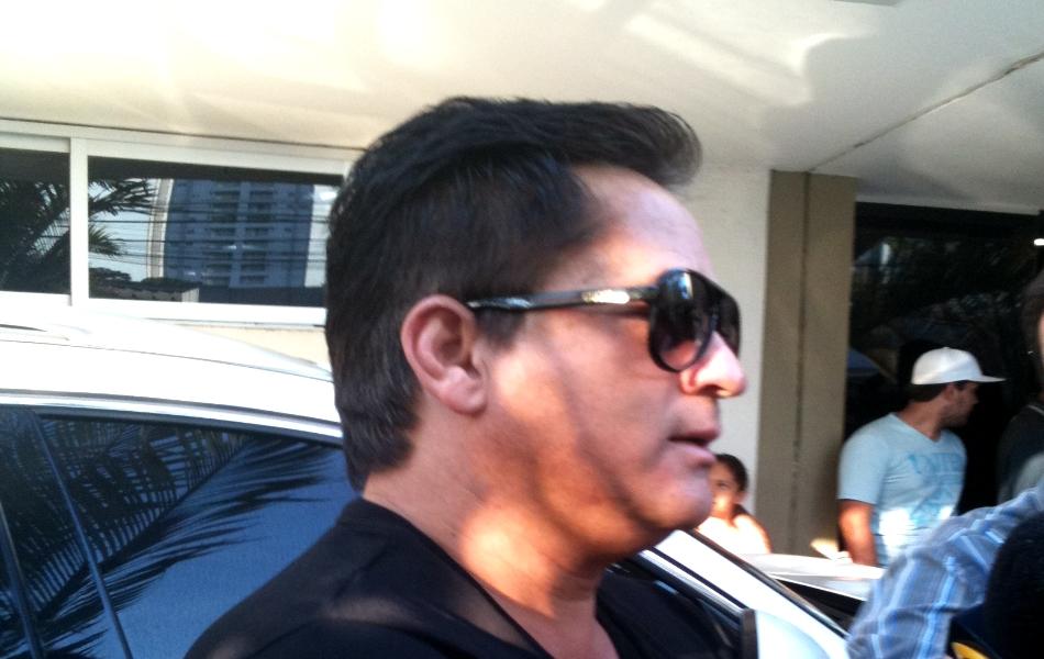 Cantor Leonardo chega ao Instituto Ortopédico de Goiânia para acompanhar o filho