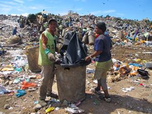 Damiana de Jesus e Carlos Henrique no aterro sanitário de Gramacho (Foto: Janaína Carvalho/G1)