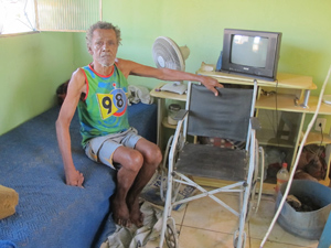 Jorge em sua casa na comunidade de Chatuba (Foto: Janaína Carvalho/G1)