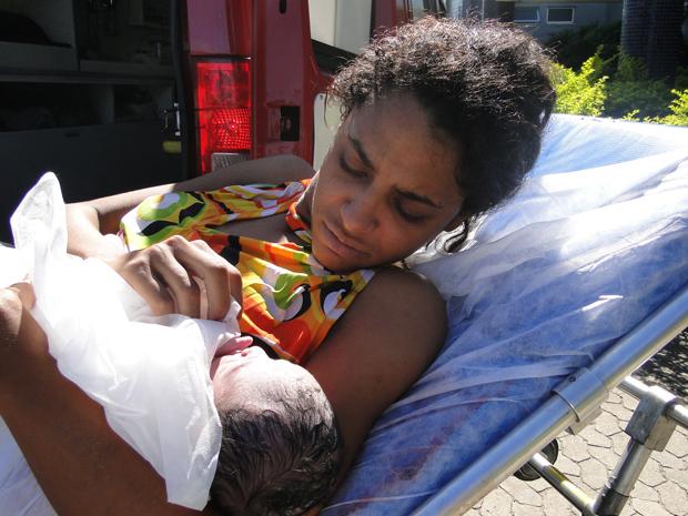 Mulher de 23 anos tem bebê em casa (Foto: Pedro Triigelli/G1)