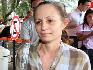 Mãe aguarda chegada de Pedro no hospital, em Goiânia (Foto: Cristiano Borges/O Popular)