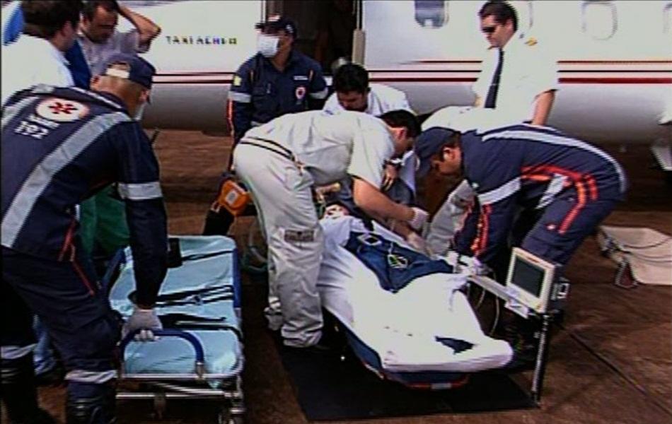 Equipe médica do Hospital Municipal de Itumbiara transporta o cantor para a UTI aérea