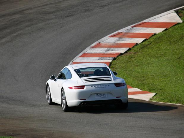 Dono de um pedal bem sensível, o 911 puxa forte com apenas um pequeno movimento do pé (Foto: Vinicius Nunes/Divulgação)