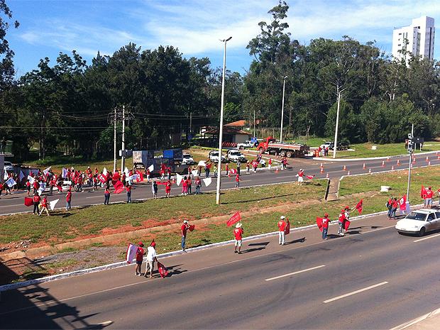 Professores fazem bandeiraço em frente a residência oficial do governador, na EPTG, no Distrito Federal (Foto: Felipe Néri / G1 DF)