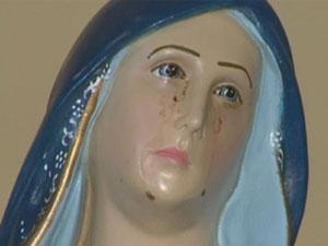 Fiéis acompanham santa que supostamente chora sangue. (Foto: Reprodução EPTV)