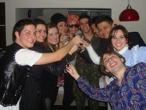 Universitários reunidos para uma festa a fantasia (Foto: Divulgação/ Arquivo Pessoal Camilo Lemes)