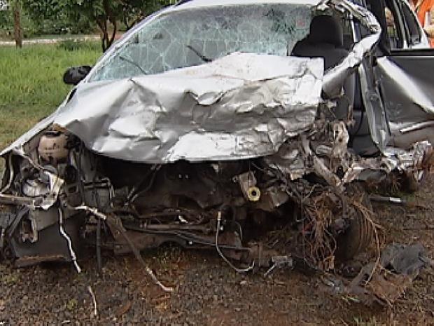 Imagem do carro do jovem que entrou na contramão na rodovia Washington Luís (Foto: Reprodução / TV Tem)